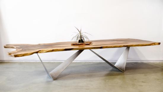 Mesa de madera maciza.