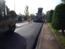Operarios asfaltando